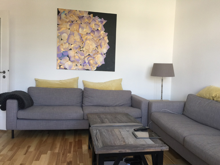Malerier med blomstermotiver til stuen af Kamilla Ruus