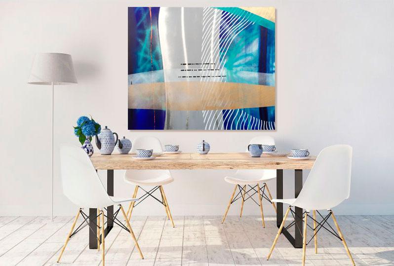 Det blå morsekode maleri af Kamilla Ruus hænger i spisestuen